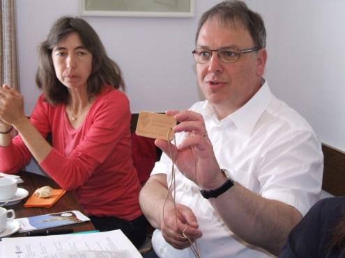 Thomas Keck zeigt das Festbändel fürs Landesfest